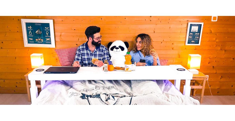 BedChill - великий ліжковий столик з вбудованими колонками